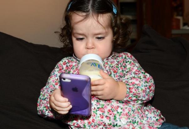 niña mirando móvil 2